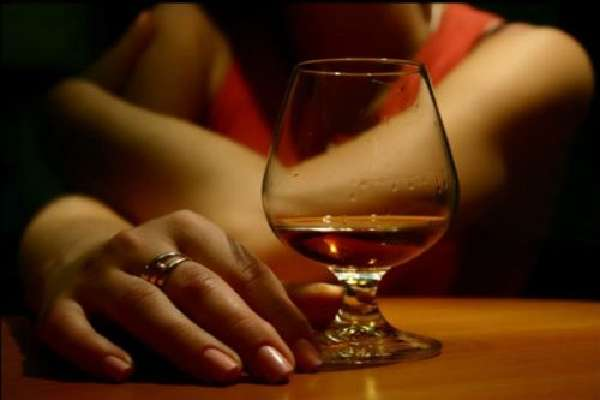 Женщина пьет алкоголь