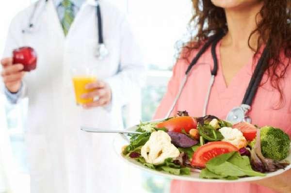 Продукты на тарелке и врачи