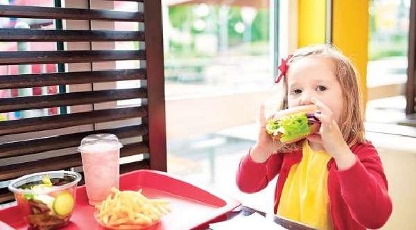 Девочка ест фат-фуд