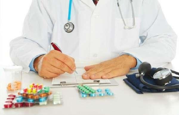 Врач выписывает препараты