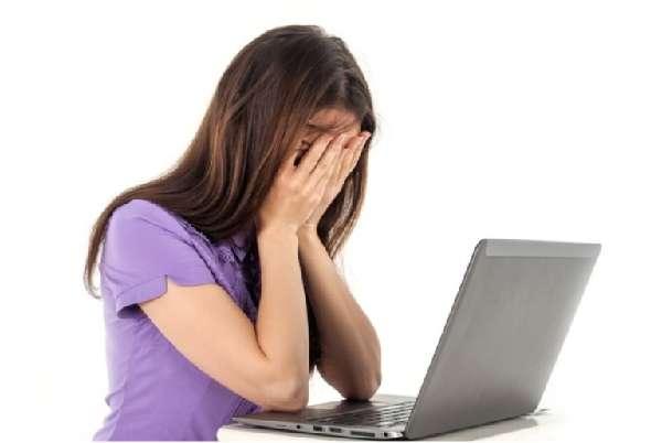 Девушка за компьютером