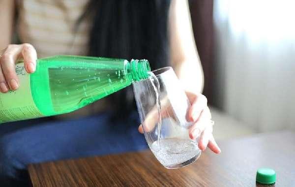Наполнение стакана минеральной водой