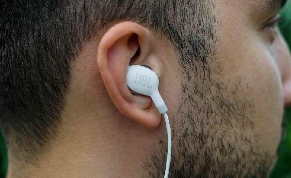 Наушники в ушах