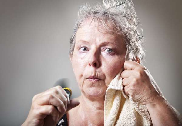 Выделение пота у пожилой женщины