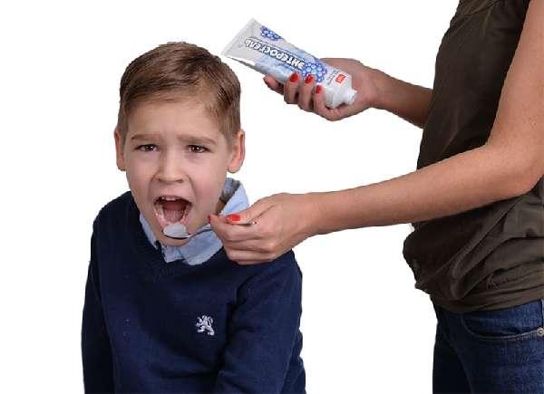Ребенку дают Энтеросгель