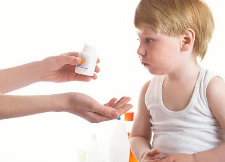 Ребенку дают витамины