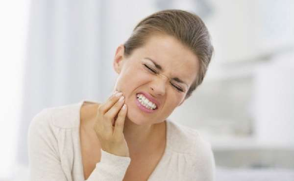 У девушки сильно болит зуб