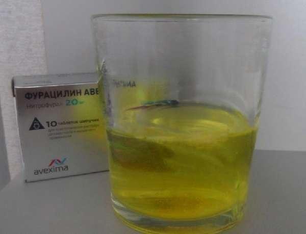 Таблетки Фурацилина в воде