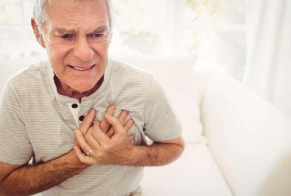 У мужчины болит сердце