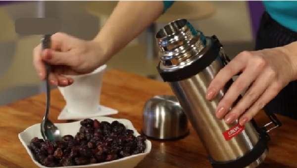 Заваривание ягод шиповника в термосе