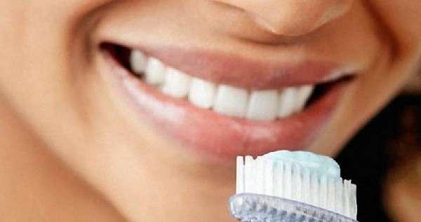 Зубная паста на щетке