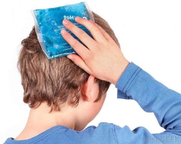 мальчик прикладывает холод к голове