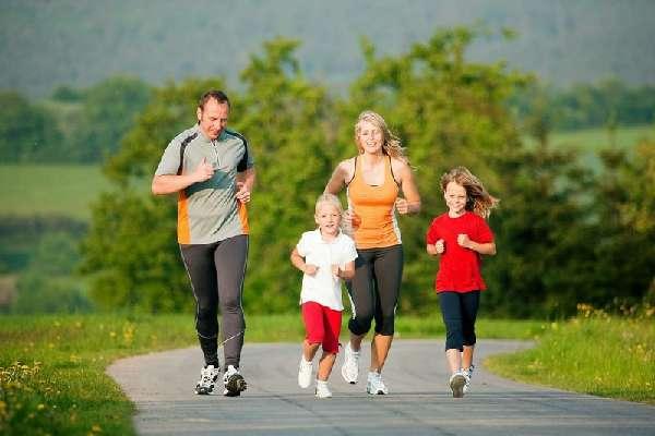 Семья бегает вместе